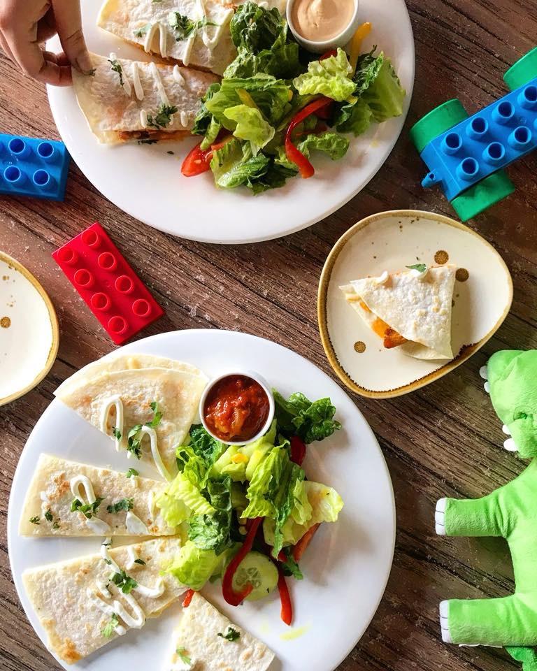 dzieci jedzą za darmo